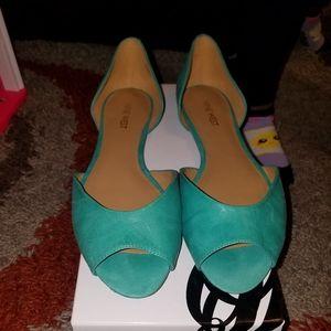 Flat, open toe shoe